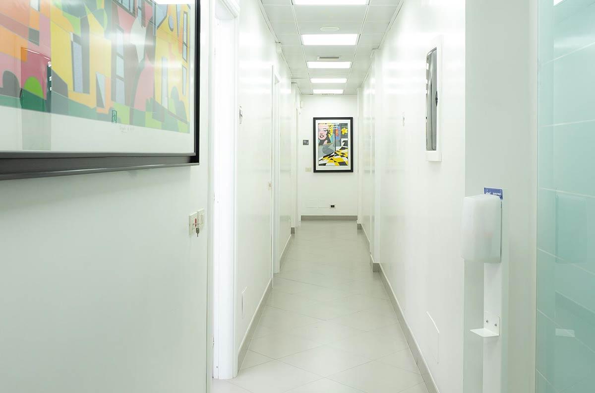 04 Studio Dentistico - Corridoio riuniti - Studio Pelagalli - Centro Odontoiatrico Roma
